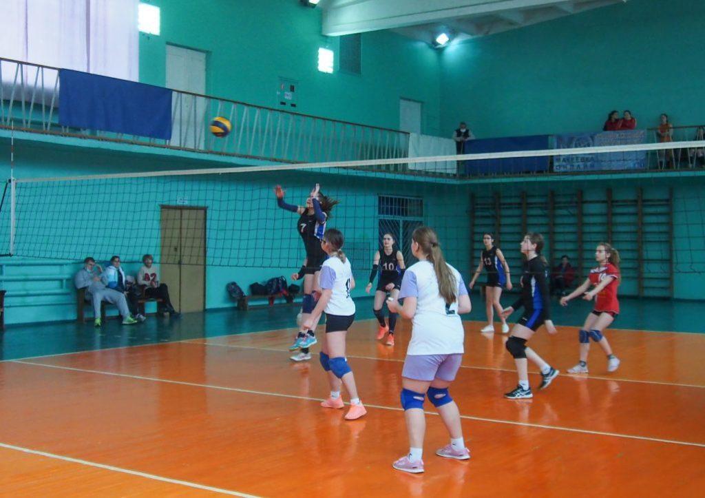 В Макеевке стартовало первенство по волейболу