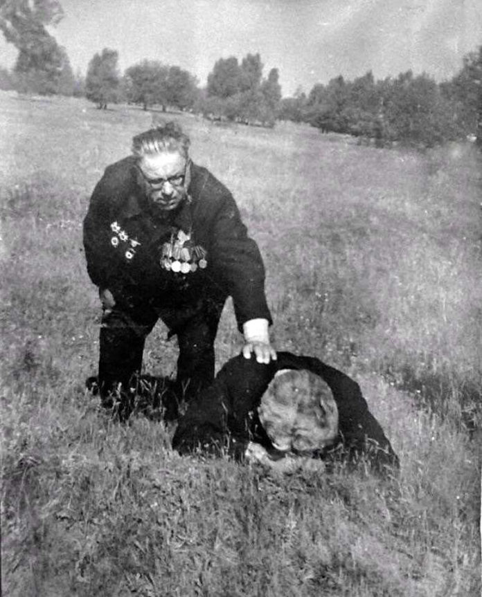 Фотолетопись. Советские ветераны на поле около Саур-Могилы