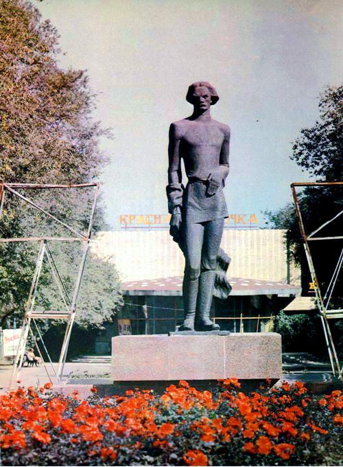 Фотолетопись. Памятник Горькому перед детским кинотеатром Красная Шапочка