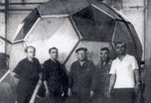 """Фотолетопись. Донецк. Создатели мяча, который был установлен около касс центрального стадиона """"Шахтер"""". Конец 60-х"""