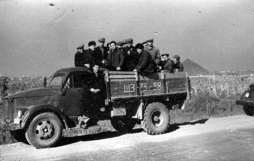 Фотолетопись. Студенты Донецкого индустриального института едут в колхоз. Начало 60-х годов.